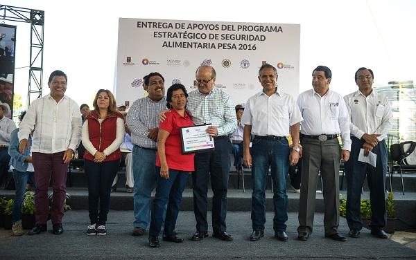 Entrega Graco Ramírez apoyos PESA 2016 a familias de comunidades con alta y muy alta marginación