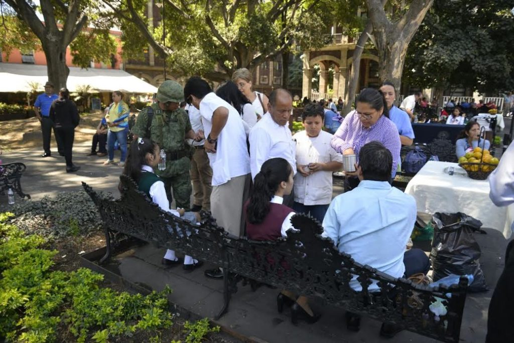 Desmayan estudiantes en ceremonia a símbolos patri…
