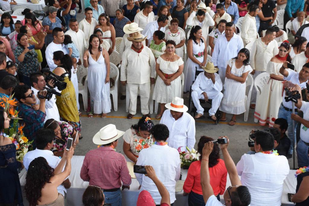 Celebra Tetelpa primer boda indígena masiva