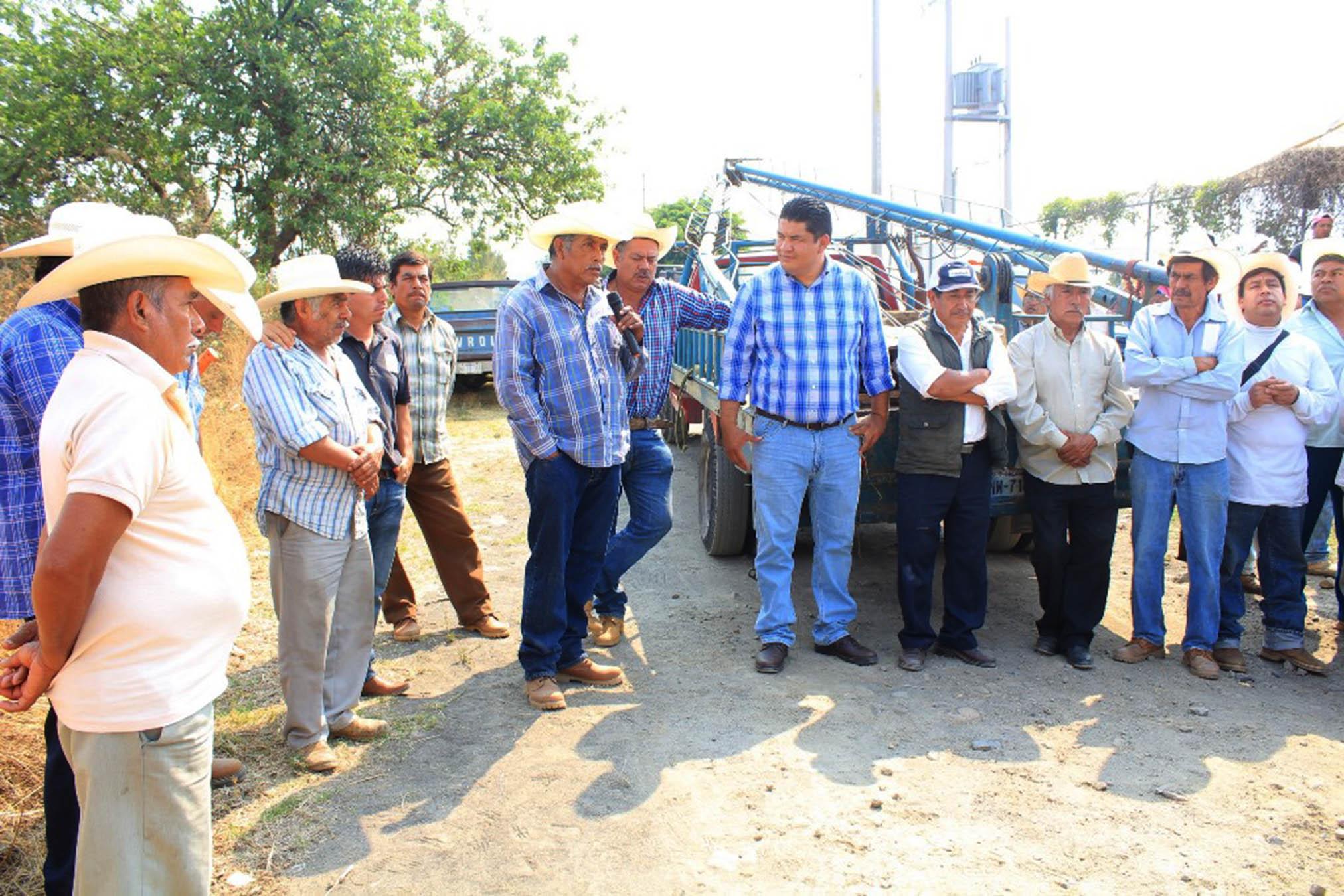 Alcalde Paco Sánchez entrega bomba para pozo de ag…